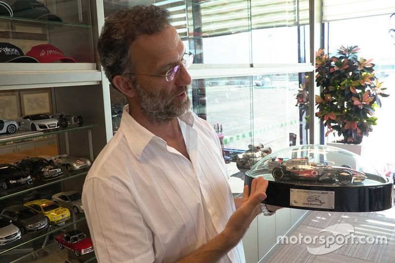 Vural Ak ve Lewis Hamilton'ın model aracı