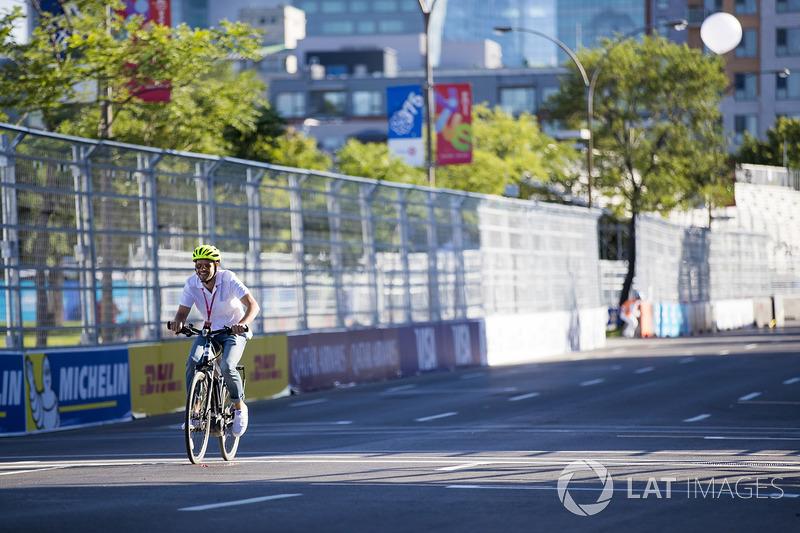 Mark Priestley en una carrera de bicis