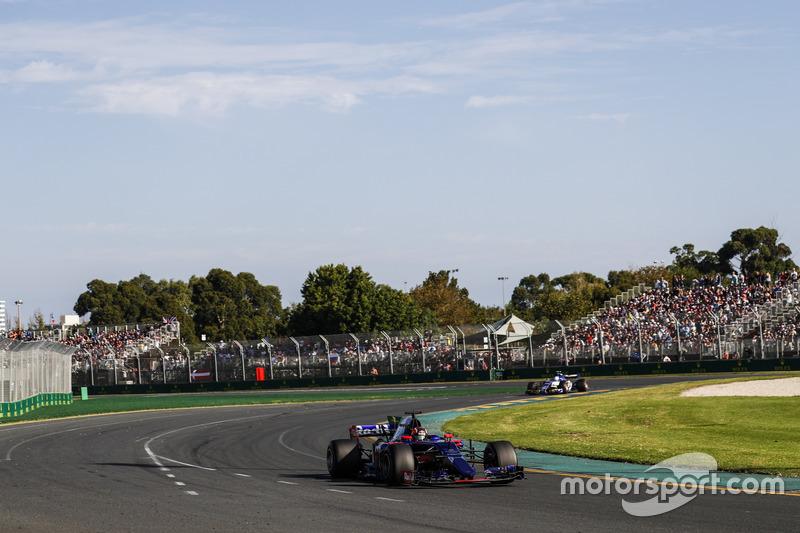 Daniil Kvyat, Scuderia Toro Rosso STR12, leads Antonio Giovinazzi, Sauber C36