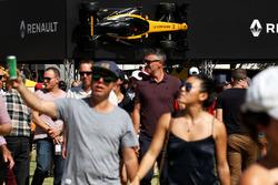Renault Sport F1 Team zeigt das Fahrzeug auf einem Display