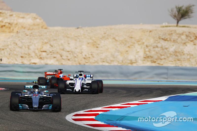 Valtteri Bottas, Mercedes AMG F1 W08, lidera a Felipe Massa, Williams FW40, y Fernando Alonso, McLaren MCL32