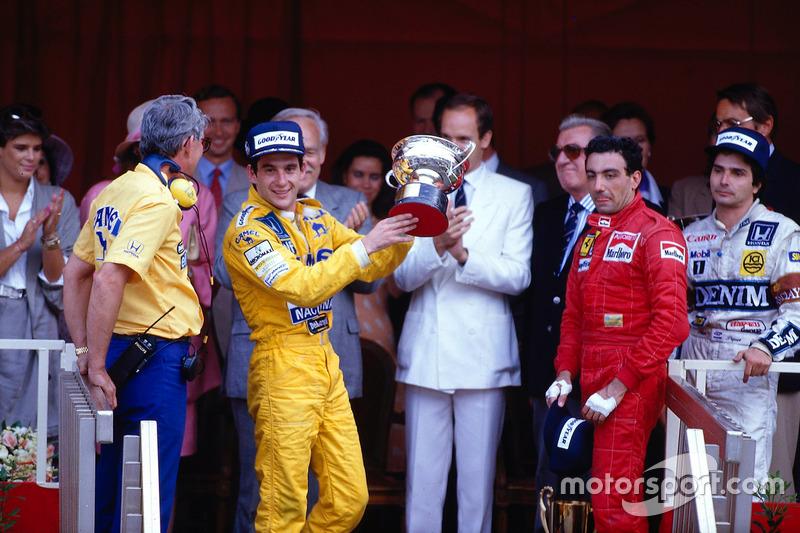 Podium : le vainqueur Ayrton Senna, Team Lotus, le troisième Michele Alboreto, Ferrari, le second Nelson Piquet, Williams alors que le directeur de Lotus Peter Warr se tient près de Senna pour récolter le trophée du constructeur