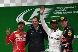 Podio: segundo lugar Sebastian Vettel, Ferrari, Aldo Costa, Mercedes AMG F1 director de ingeniería, ganador de la carrera Lewis Hamilton, Mercedes AMG F1, tercer lugar Max Verstappen, Red Bull Racing