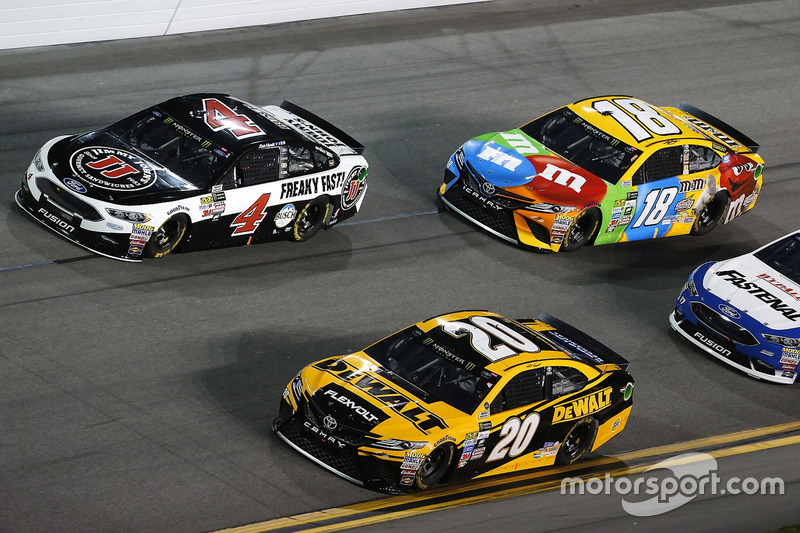 Matt Kenseth, Joe Gibbs Racing, Toyota; Kevin Harvick, Stewart-Haas Racing, Ford; Kyle Busch, Joe Gi