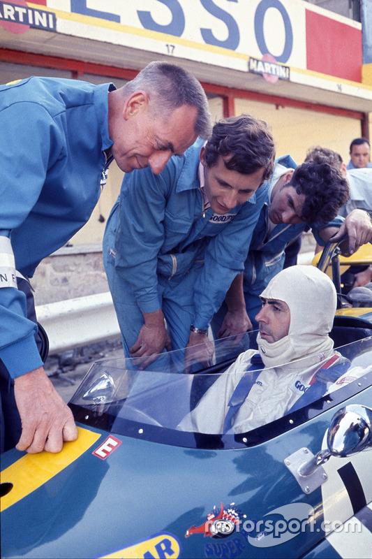 Jack Brabham, Brabham BT33 Ford, berbincang dengan Ron Dennis muda di pit