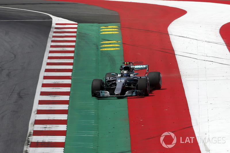 Валттері Боттас, Mercedes AMG F1 W08, їде зоною вильоту