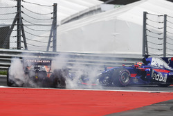 Столкновение на старте: Фернандо Алонсо, McLaren MCL32, и Даниил Квят, Scuderia Toro Rosso STR12