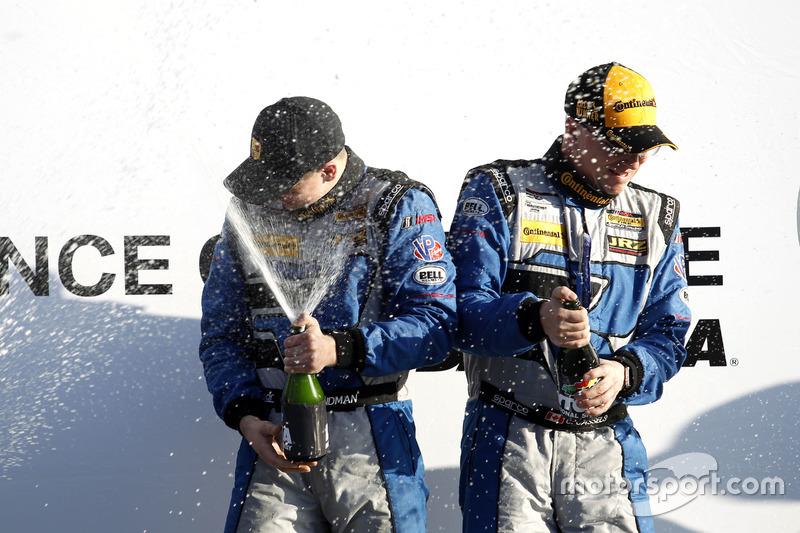 Podio: ganador de la carrera #12 Bodymotion Racing Porsche Cayman GT4: Cameron Cassels, Trent Hindman