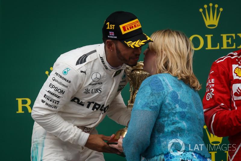 Ganador de la carrera Lewis Hamilton, Mercedes AMG F1 recibe el trofeo de los ganadores de Karen Bradley MP, Secretario de estado de cultura, medios y deporte en el podio