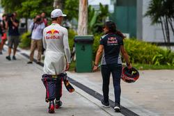 Pierre Gasly, Scuderia Toro Rosso et Fabiana Valenti, attachée de presse Scuderia Toro Rosso