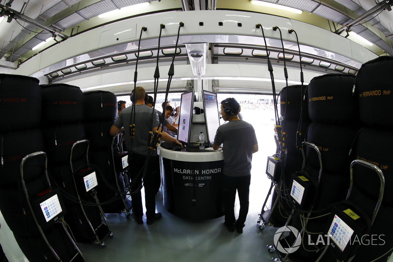 Les ingénieurs travaillent dans le garage McLaren