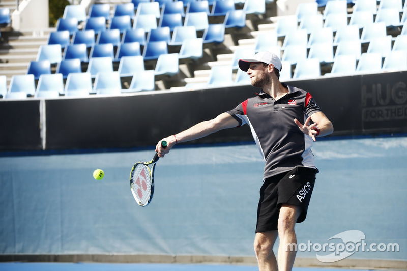 Romain Grosjean, Haas F1 Team, spielt Tennis mit Paralympics-Champion Dylan Alcott