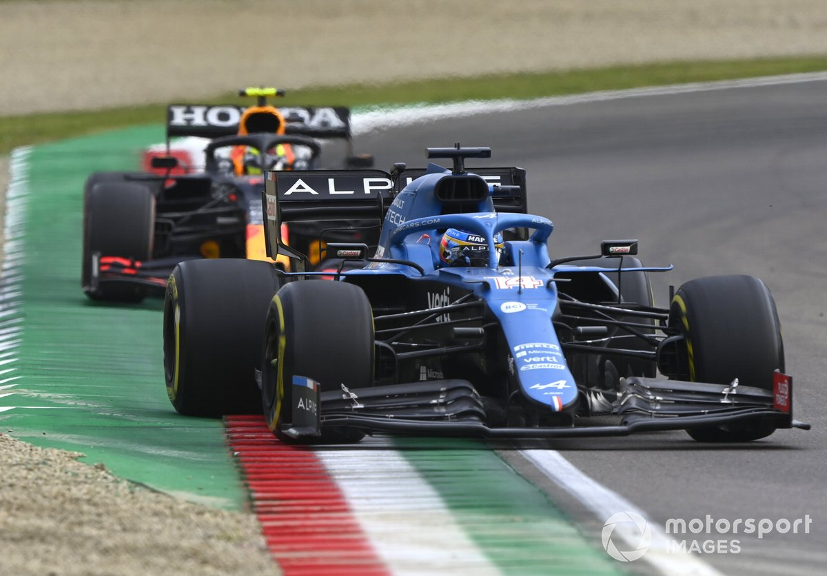 Fernando Alonso, Alpine A521 en Sergio Perez, Red Bull Racing RB16B