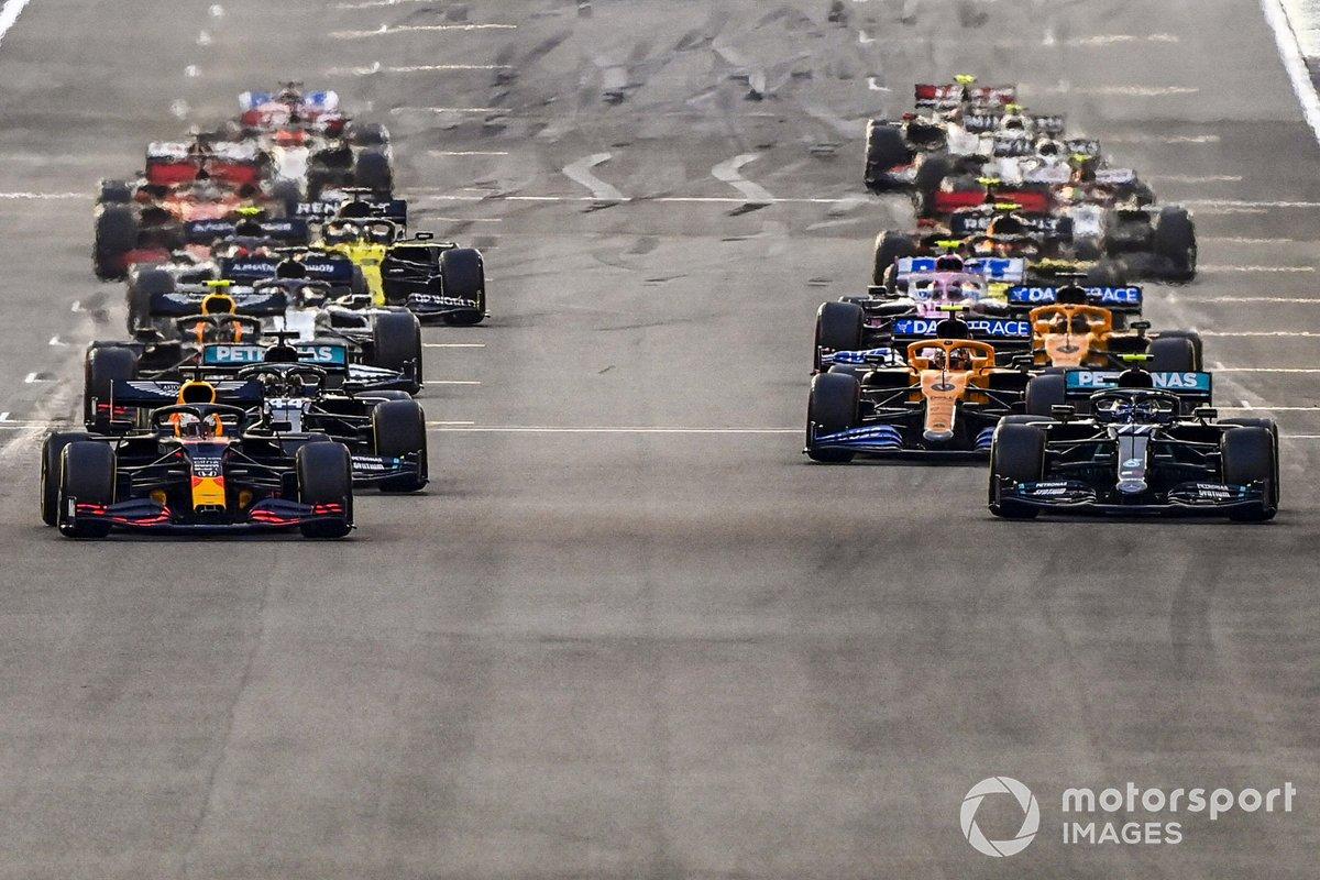 Max Verstappen, Red Bull Racing RB16 Valtteri Bottas, Mercedes F1 W11 y Lewis Hamilton, Mercedes F1 W11 al inicio de la carrera.