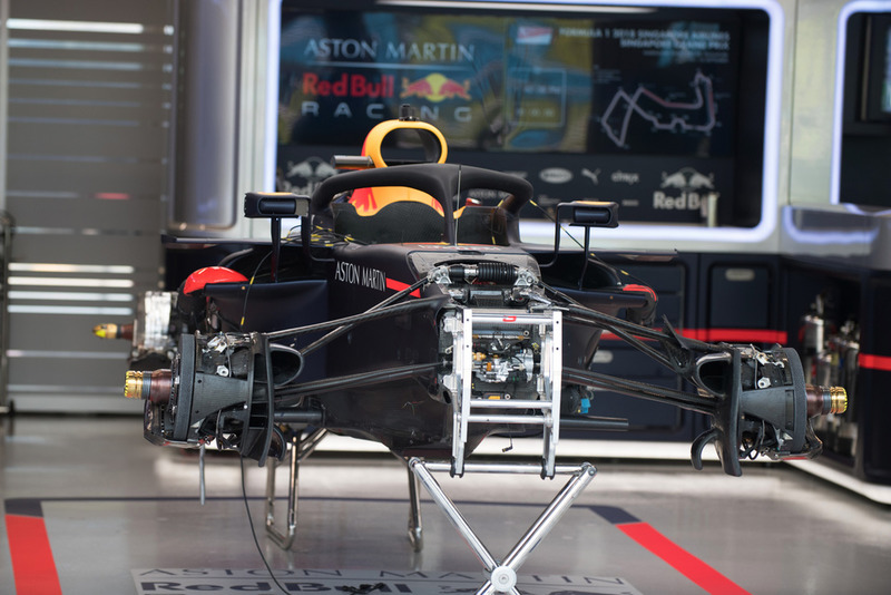 Red Bull Racing RB14, nel garage