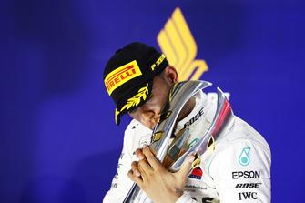 Lewis Hamilton, Mercedes AMG F1, kisses bacia il trofeo sul podio, mentre festeggia la vittoria della gara