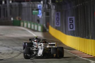 Marcus Ericsson, Sauber C37, Kevin Magnussen, Haas F1 Team VF-18