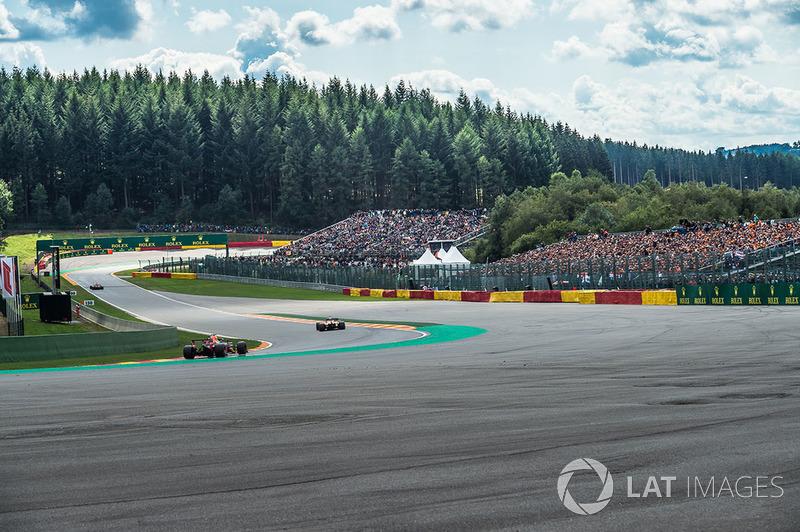 Max Verstappen, Red Bull Racing RB14 y Stoffel Vandoorne, McLaren MCL33