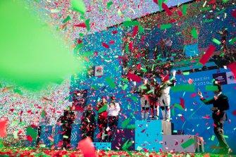 Les confetti tombent sur le deuxième, Robin Frijns, Envision Virgin Racing, le vainqueur Jérôme d'Ambrosio, Mahindra Racing, et le troisième, Sam Bird, Envision Virgin Racing, sur le podium
