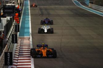 Stoffel Vandoorne, McLaren MCL33, leads Sergey Sirotkin, Williams FW41, and Brendon Hartley, Toro Rosso STR13