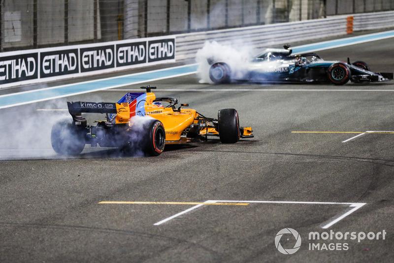 Fernando Alonso, McLaren MCL33, y Lewis Hamilton, Mercedes AMG F1 W09 EQ Power +, realizan donas después de la carrera