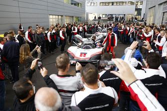 Miembros del equipo Porsche en el centro de investigación y desarrollo en Weissach con el Porsche 919 Hybrid EvoPorsche 919 Hybrid Evo en las carreteras públicas alemanas