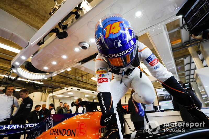 Fernando Alonso, McLaren, monte dans sa voiture