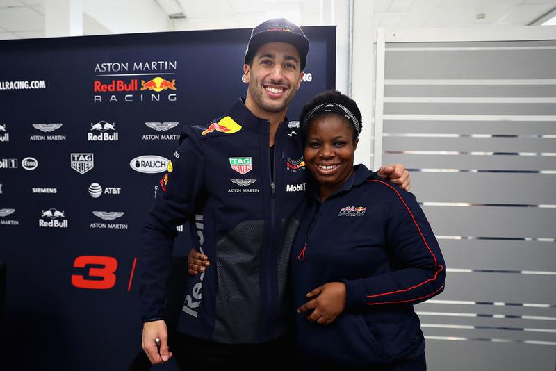 Daniel Ricciardo, Red Bull Racing pose pour une photo avec un membre de Red Bull Racing