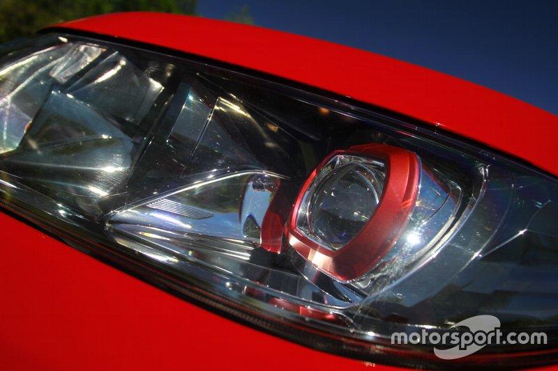 Лінзи ближнього світлодіодного світла у фірмовій для Vitara S червоній оправі.