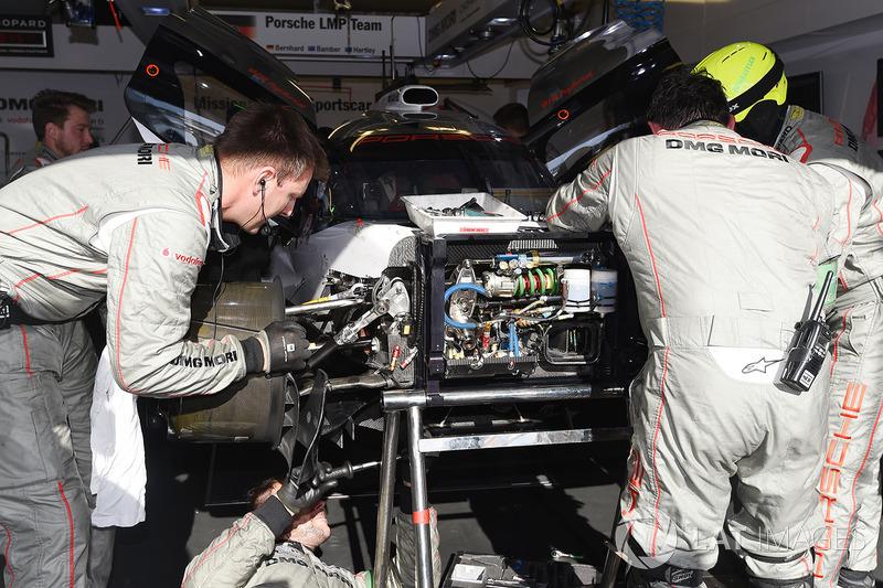 Jam ke-3: Porsche #2 tertinggal 20 putaran akibat masalah hibrida