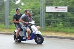 Stefano Comini in motorino coi fan