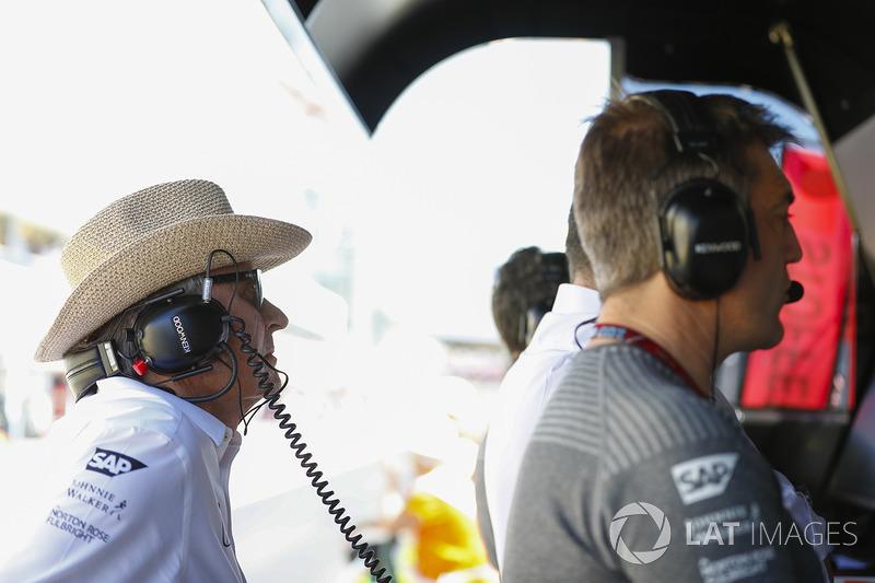 Mansour Ojjeh, CEO, TAG, en el McLaren pit wall