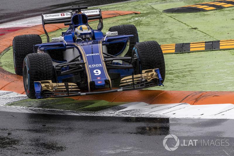 Marcus Ericsson, Sauber C36 jumps across the kerb