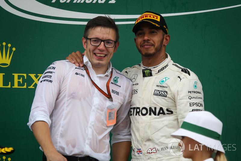 Peter Bonnington, Mercedes AMG F1 ingeniero de carrera y Lewis Hamilton, Mercedes AMG F1 en el podio