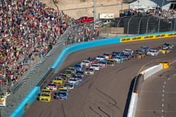 Restart: Matt Kenseth, Joe Gibbs Racing Toyota, Alex Bowman, Hendrick Motorsports Chevrolet lead