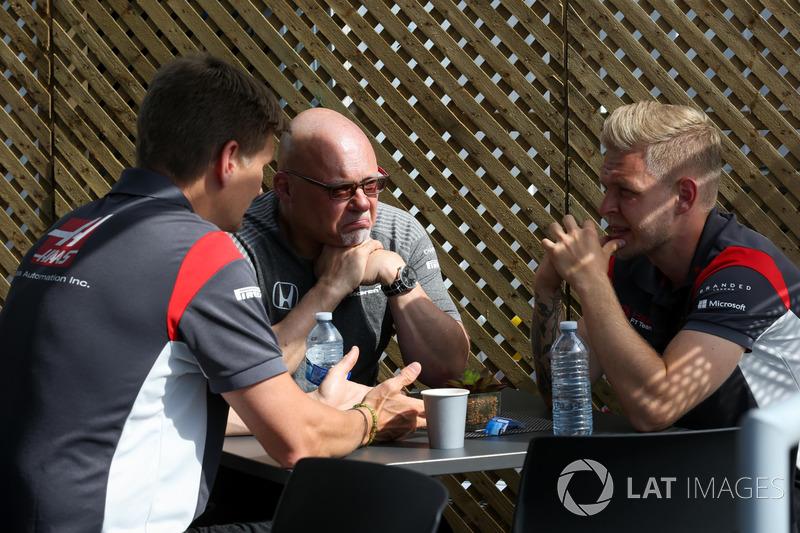 Matt Bishop, Pressechef und Kevin Magnussen, Haas F1