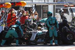 Lewis Hamilton, Mercedes AMG F1 W08, pit stop action