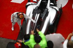 Lewis Hamilton, Mercedes AMG, im Parc Ferme