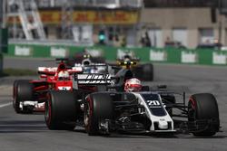 Kevin Magnussen, Haas F1 Team VF-17, Sebastian Vettel, Ferrari SF70H