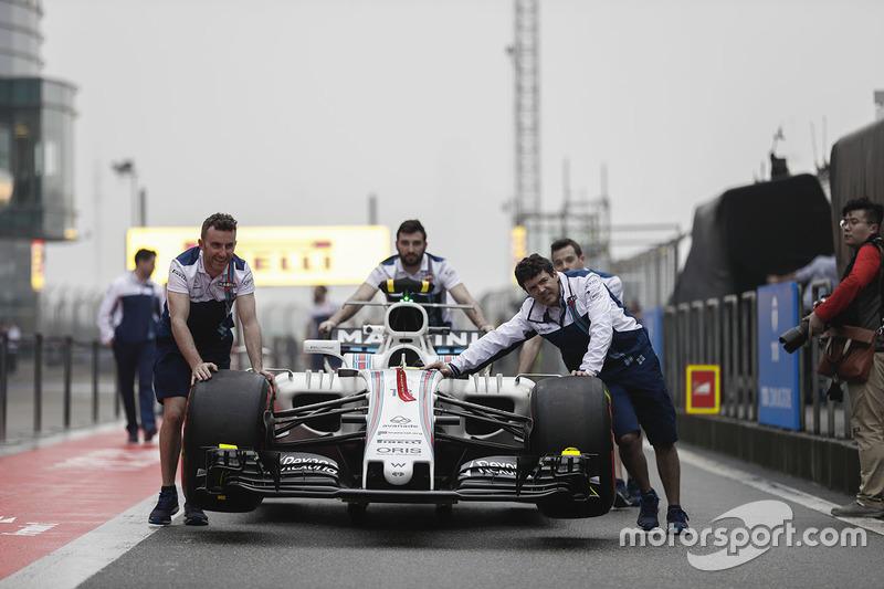 Miembros del equipo Williams empujan el coche de Felipe Massa, Williams FW40