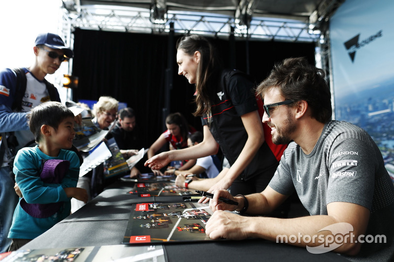 Fernando Alonso, McLaren, firma autógrafos para los fans