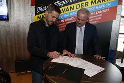 Arjan Bos, Presidente de la Fundación Circuit van Drenthe firman el contrato