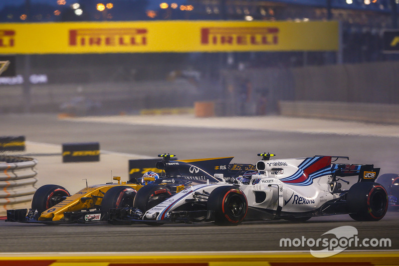 Jolyon Palmer, Renault RS 17, battles with Lance Stroll, Williams FW40