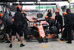 Fernando Alonso, McLaren MCL32, pitlane