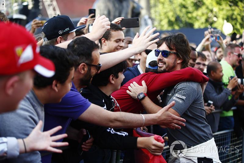 Фернандо Алонсо (McLaren) вітається з фанами