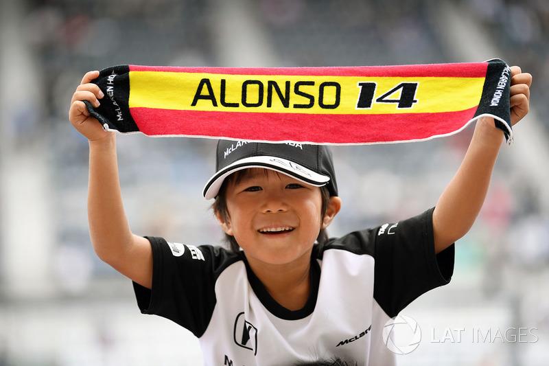 Fernando Alonso, McLaren fan and banner