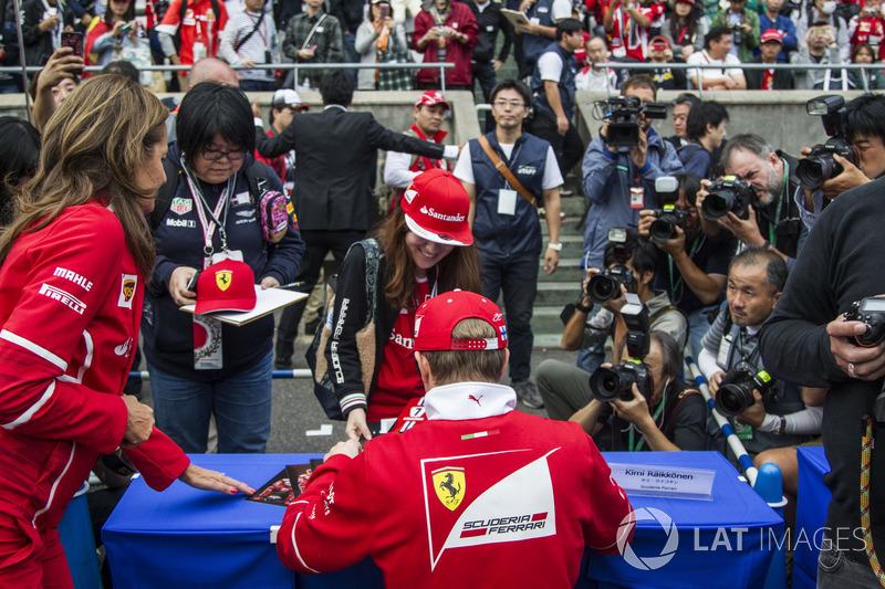 Кімі Райкконен, Ferrari, роздають автографи