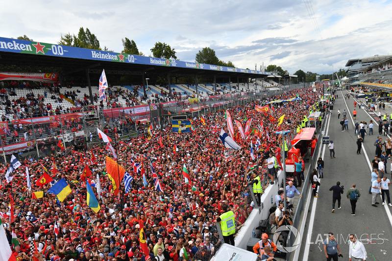 Fans en la recta principal de Monza