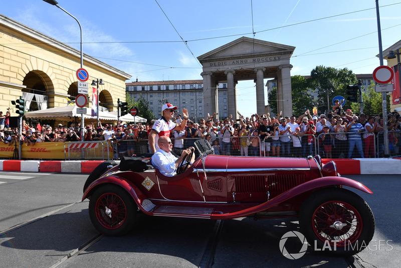 Marcus Ericsson, Alfa Romeo Sauber F1 Team in vintage car