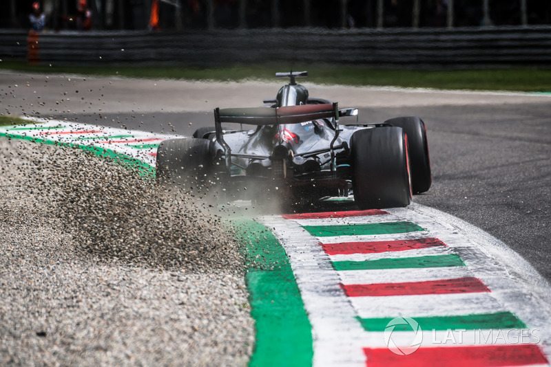 1. Lewis Hamilton, Mercedes AMG F1 W09 kicks up the gravel